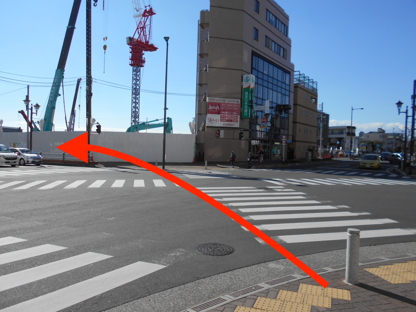 ④100m程度進むと信号があります。 信号を斜め左に渡ります。