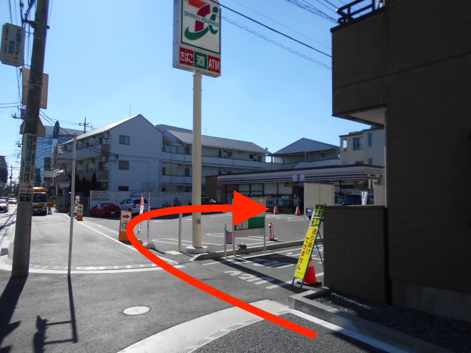 ⑥セブンイレブンの手前を右です。 向かいにパークホテルがございます。
